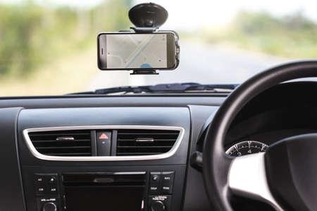 GPS-navigatie-kaart op de telefoon in de auto reizen