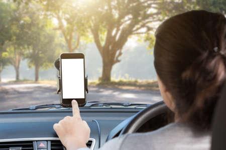 vrouw telefoon te gebruiken monteren op glas in de auto op landelijke weg