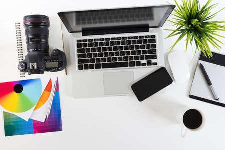 psací stůl: Fotografický pracovní prostor na horním okraji Reklamní fotografie