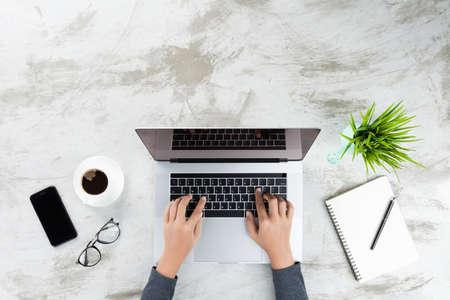 hand typen op laptop bovenaanzicht