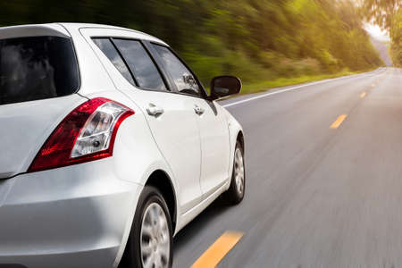 Movimiento de velocidad del coche en el fondo de vista rural de carretera