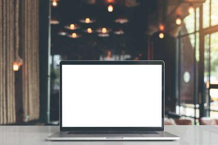 laptop showing blank screen in coffee shop restaurant