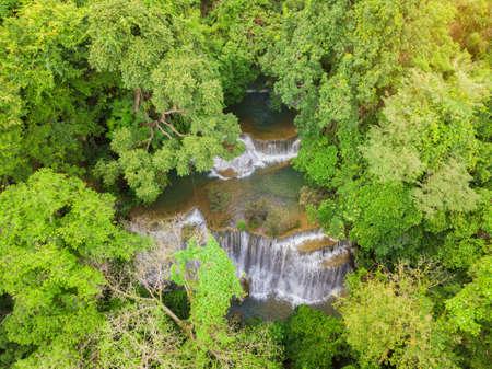 La fotografia della cascata ha sparato dal fuco sulla vista superiore, cascata del khamin di mae di huay nella provincia di kanchanaburi, Tailandia Archivio Fotografico - 84928071