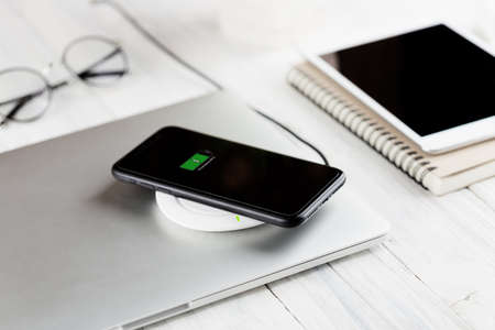 phone charging on wireless charger new technology 免版税图像
