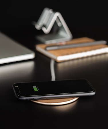 phone mobile charging on wireless charger 免版税图像