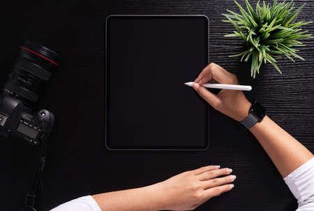 designer using stylus pen on top view 免版税图像