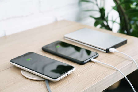phone charging battery on wireless and external power supply 免版税图像