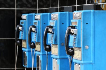 old technology: appendere sulla vecchia tecnologia - telefoni a pagamento nei Caraibi Archivio Fotografico