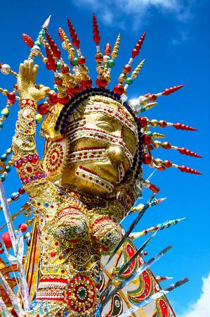 brings: Carnevale di Trinidad tira fuori costumi colorati