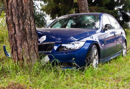 차가 나무에 추락했다.