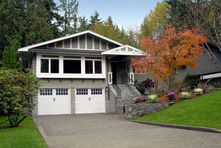 秋の郊外の家。 写真素材