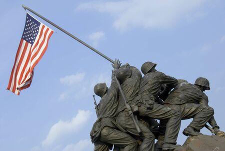 Das US Marine Corps War Memorial befindet sich in der Nähe von Arlington National Cemetery in Rosslyn, Virginia. Es widmet sich der gesamten Personals des United States Marine Corps (USMC), gestorben Verteidigung ihres Landes seit 1775.  Standard-Bild - 1448512