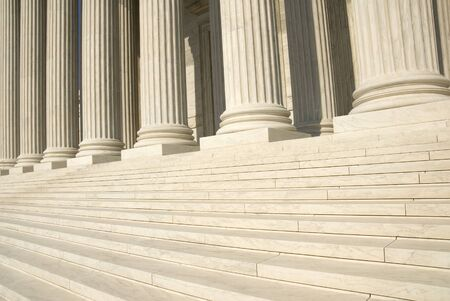 The steps and columns at the entrance to the US Supreme Court in Washington, DC. Imagens