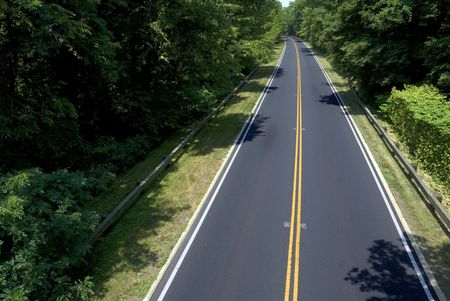 A deserted North American parkway at the height of summer. Foto de archivo