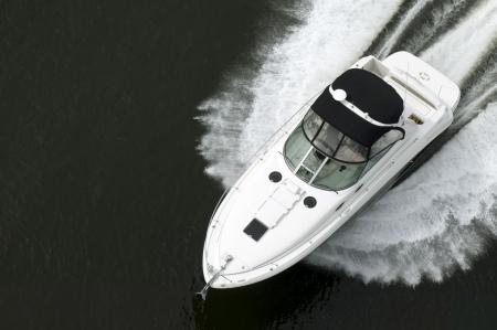 黒と白のスピード ボート上から高速旅行中に撮影。