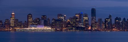 The lights of downtown Vancouver, Canada, at dusk. The city will be hosting the 2010 Winter sports competitions. Imagens