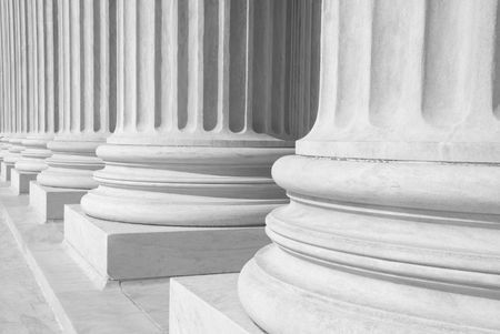 A row of columns at the entrance to the US Supreme Court in Washington, DC. Imagens