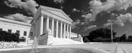 A black and white panorama of the front of the US Supreme Court in Washington, DC. Imagens