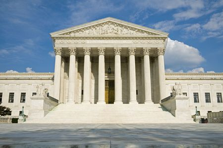 The front of the US Supreme Court in Washington, DC. Imagens