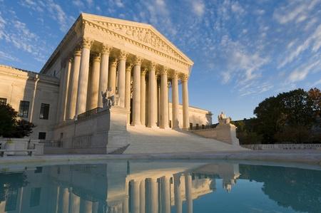 De voorzijde van het Amerikaanse Hooggerechtshof in Washington, DC, in de schemering. Stockfoto