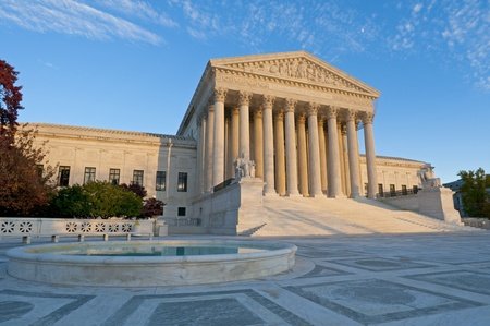 Die Vorderseite des US Supreme Court in Washington, DC, in der Abenddämmerung.
