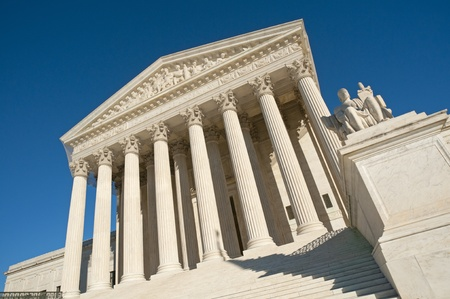 A night shot of the front of the US Supreme Court in Washington, DC.  Imagens