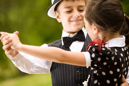Lovely Young couple tanzen und Spaß haben. Auf das Gesicht jungbulle konzentrieren. Mehr Bilder mit die gleichen Modelle.