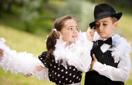Encantadora joven pareja bailando y divirti�ndose. M�s im�genes con los mismos modelos. Foto de archivo - 8640382