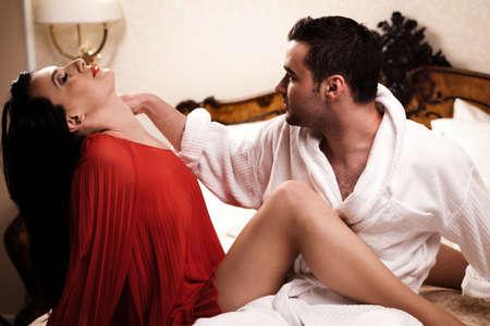 enamorados en la cama: Dos amantes en una habitaci�n de hotel se divierten. Ver m�s im�genes de la filmaci�n misma.