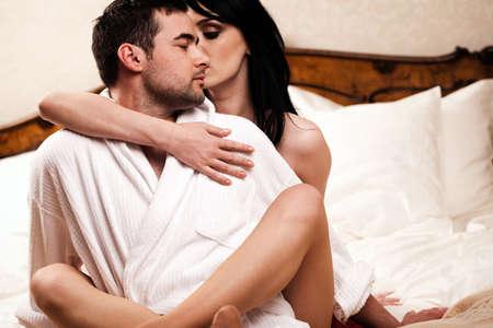 pareja en la cama: Dos amantes en sala que se divierten.  Foto de archivo