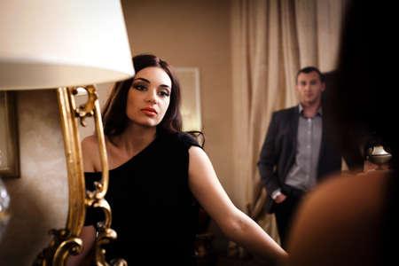 mirar espejo: Hermosa mujer mirando reflejo en el espejo. Ver m�s im�genes de la filmaci�n misma. Foto de archivo