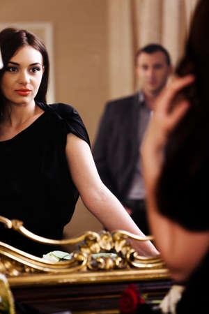 mirar espejo: Hermosa mujer mirando a la reflexi�n del espejo. Ver m�s im�genes de la filmaci�n misma. Foto de archivo
