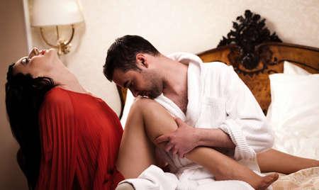 pareja en la cama: Dos amantes en una habitaci�n de hotel se divierten. Ver m�s im�genes de la filmaci�n misma.