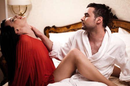 bathrobes: Dos amantes en una habitaci�n de hotel que se divierten. Ver m�s im�genes de la misma rama.