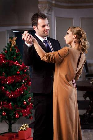 pareja bailando: Encantadora joven pareja bailando en un restaurante rom�ntico en la �poca de Navidad. Por favor, ver m�s im�genes de la misma rama.