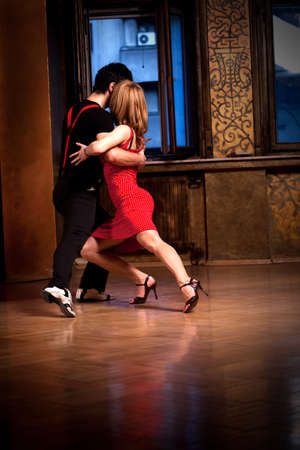 bailarines de salsa: Un hombre y una mujer bailando un tango. Concéntrese en sus zapatos. Por favor, ver más imágenes de la filmación misma.