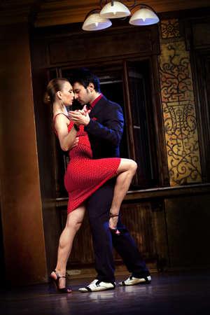 baile latino: Un hombre y una mujer bailando un tango. Por favor, ver más imágenes de la filmación misma.