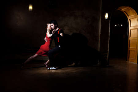 pareja bailando: Bellas bailarinas que realizan un tango argentino. Por favor revise las imágenes similares en mi cartera.