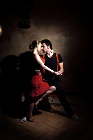 bailarines de salsa: Bellas bailarinas que realizan un tango argentino. Por favor revise las imágenes similares en mi cartera.