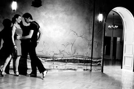latin dance: Een man en een vrouw in de meest romantische dans: tango. Een zwart-wit beeld met graan film toegevoegd als effect. Zie meer foto's uit dezelfde shoot. Stockfoto