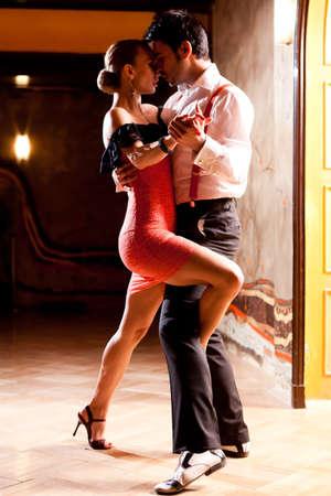 bailarines de salsa: Un hombre y una mujer bailando tango argentino. Concéntrese en sus manos. Por favor, ver más imágenes de la filmación misma.