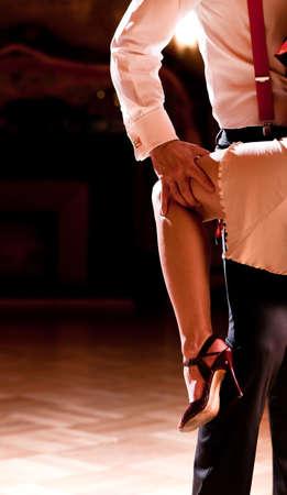 baile salsa: Detalle de los zapatos de una pareja, cuando es bailar tango. Por favor, ver m�s im�genes de mi cartera. Foto de archivo