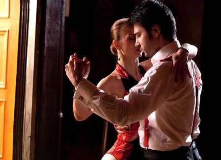 bailarines de salsa: Un hombre y una mujer bailando tango argentino. Por favor, ver más imágenes de la filmación misma.