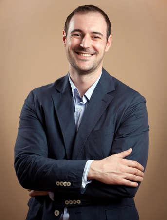 mature adult men: Giovane uomo d'affari attraente sorridere alla fotocamera Studio colpo