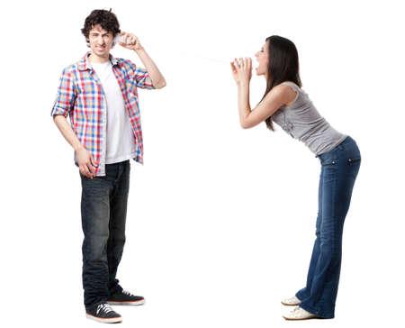 discutere: Bella coppia a parlare su un telefono stagno isolato su bianco