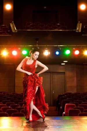 bailando flamenco: Bailarina de flamenco Sexy realizar su baile en un vestido largo de color rojo