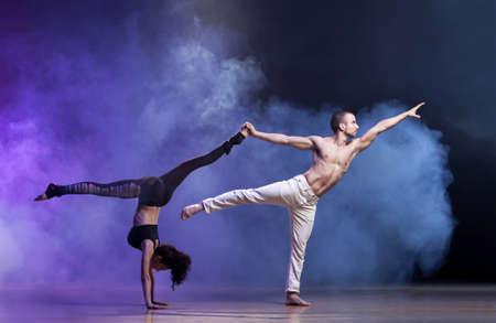 官能的なカップル、芸術的、感情的なコンテンポ ラリー ダンスを実行します。