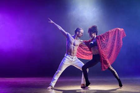 pareja bailando: Sensual pareja realiza una danza contemporánea artística y emocional Foto de archivo