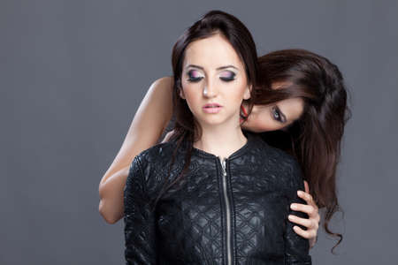 chaqueta: Dos hermosas mujeres muy atractivas y j�venes, uno como si biteing como un vampiro la m�s joven