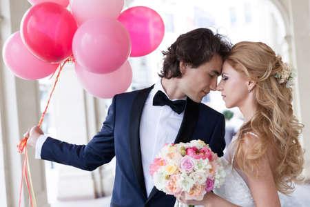 globo: Joven pareja de reci�n casados ??posando de una manera rom�ntica.